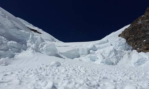 Εικόνες που κόβουν την ανάσα: Τεράστια χιονοστοιβάδα «καταπίνει» αυτοκινητόδρομο (vid)