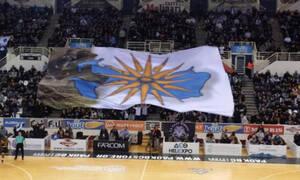 Οπαδοί του ΠΑΟΚ σήκωσαν πανό με τον Ήλιο της Βεργίνας – Μήνυμα για την Μακεδονία (vid)