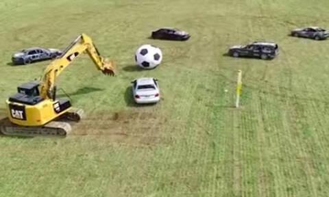 Παίζουν ποδόσφαιρο με αυτοκίνητα και εσκαφείς! (vid)