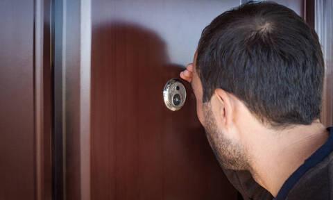 ΠΡΟΣΟΧΗ: Να γιατί πρέπει να καλύπτετε πάντα το ματάκι της πόρτας