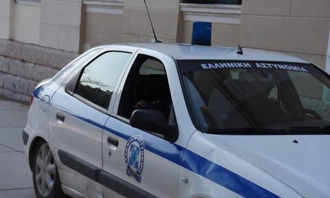 Σύλληψη 34χρονου άντρα με πτυσσόμενο γκλοπ κάτω από τα γραφεία του ΣΥΡΙΖΑ