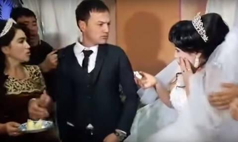 Σάλος: Η στιγμή που γαμπρός χαστουκίζει τη νύφη επειδή του… έκανε πλάκα (vid)