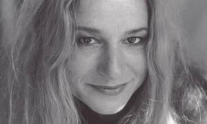 Η Ευανθία Ρεμπούτσικα μας ταξιδεύει από το Παρίσι μέχρι την Πόλη