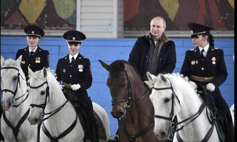 Ημέρα της Γυναίκας: Έτσι τιμά ο Πούτιν το «ωραίο φύλο» (pics+vid)