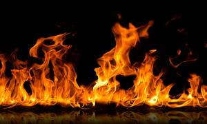 ΣΟΚ: Έκαψε ζωντανό το βιαστή της με τη φωτιά που της έβαλε