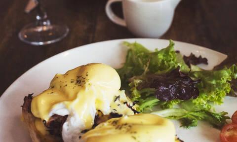 Όλα τα μυστικά για να φτιάξεις τα πιο επιτυχημένα αυγά Benedict