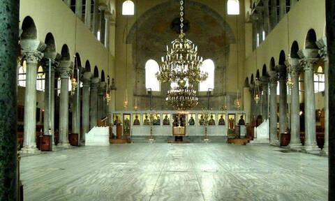 Απίστευτο: Εισέβαλαν με ΙΧ σε εκκλησία στη Θεσσαλονίκη και έκλεψαν το χρηματοκιβώτιο