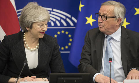 Brexit: Τα βρήκαν τελευταία στιγμή Μέι - Γιούνκερ