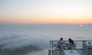 Το μοναδικό εστιατόριο της Ελλάδας όπου μπορείς να φας... πάνω από τα σύννεφα (pics)