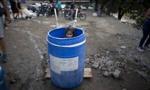 Συγκλονιστικές εικόνες από το μπλακ άουτ στη Βενεζουέλα: Δίνουν οξυγόνο με το χέρι σε νεογέννητο