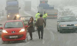 Κακοκαιρία: Έντονη χιονόπτωση στη Φθιώτιδα – Εγκλωβισμένα οχήματα προς Δομοκό