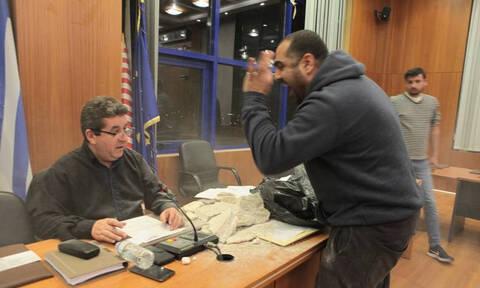 Ξύλο στο Δημοτικό Συμβούλιο Αχαρνών: Επιτέθηκαν με μπάζα (pics+vid)