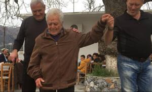 Ρέθυμνο: Κρητίκαρος 98 χρονών «βάζει τα γυαλιά» στους νεότερους με το χορό του