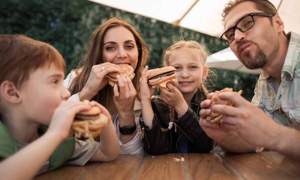 Τρώτε συχνά εκτός σπιτιού; Πόσο κινδυνεύετε από υπέρταση