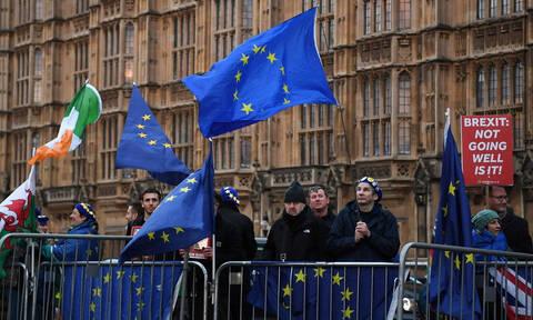 Αδειάζει η κλεψύδρα για τη Βρετανία: Τα επικρατέστερα σενάρια μετά το «όχι» στο no-deal Brexit