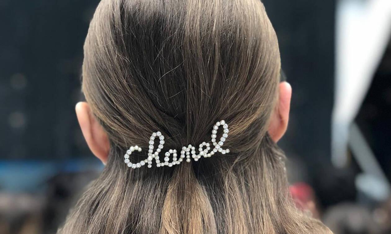Τα αξεσουάρ μαλλιών έκλεψαν την παράσταση στο show του οίκου Chanel
