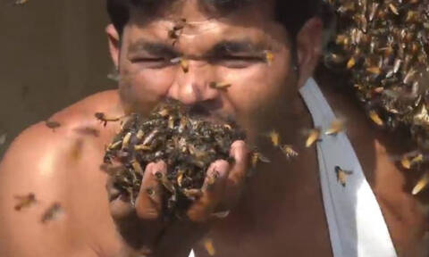 Τρομακτικό! Βάζει χιλιάδες μέλισσες στο στόμα του για να πάρει το μέλι τους (video)