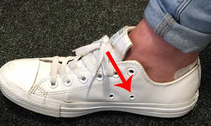 Οι πλαϊνές τρύπες στα παπούτσια υπάρχουν για συγκεκριμένο λόγο!