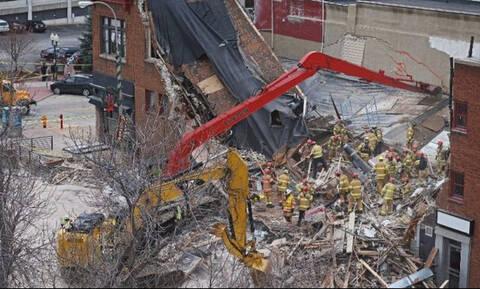 Απίστευτο! Περπατούσε αμέριμνος όταν το κτήριο δίπλα του άρχισε να καταρρέει (Vid)