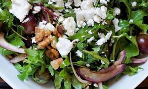 Η συνταγή της ημέρας: Σαλάτα με ρόκα, κόκκινα σταφύλια, κατσικίσιο τυρί και αβοκάντο