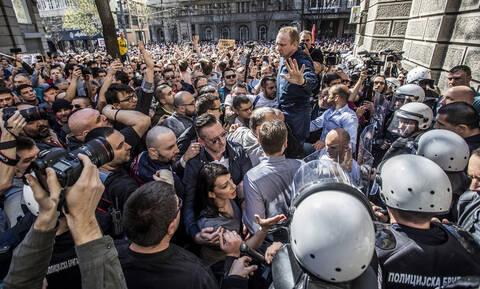 Σερβία: Ο Βούτσιτς έπαιζε... σκάκι όσο οι διαδηλωτές πολιορκούσαν το προεδρικό μέγαρο (pic)