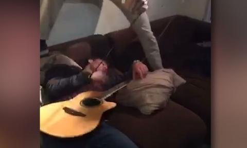 Πήγε σε πάρτι, μέθυσε και τον πήρε ο ύπνος! Δείτε τι του έκαναν οι φίλοι του (video)