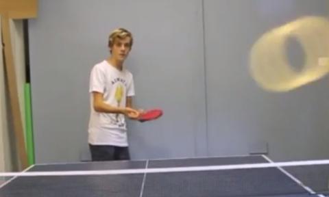 Πιτσιρικάς παίζει πινγκ πονγκ και πετυχαίνει τη βολή του αιώνα (video)