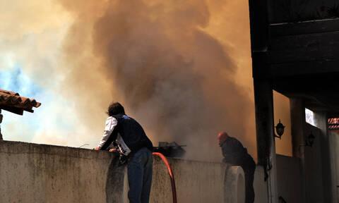 Μεγάλη φωτιά σε αποθήκη με χαρτικά στην Παιανία (pics)