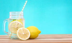 Νερό με λεμόνι: Τα σημαντικά οφέλη για την υγεία εκτός από τη συμβολή του στο αδυνάτισμα (pics)