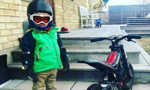 Δείτε πιτσιρίκια σε απίστευτες πόζες δίπλα στο ποδήλατό τους (pics)
