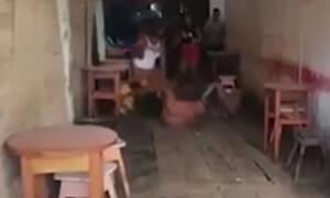 Τον τσάκωσε να πίνει με 3 γυναίκες και τον άρχισε στις… καρεκλιές! (video)