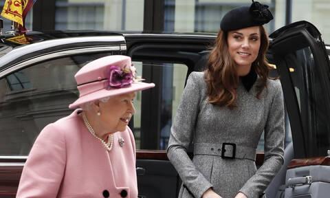 H Kate μοιράστηκε κάτι με την βασίλισσα που δεν περιμέναμε στην κοινή εμφάνισή τους