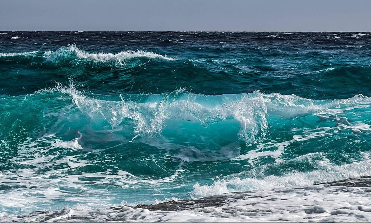 Βίντεο σοκ: Στήθηκε για φωτογραφία στην παραλία και την «κατάπιε» το κύμα (vid)