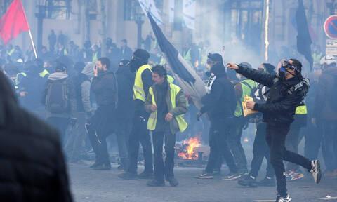 Εικόνες ΣΟΚ στη Γαλλία: Εγκλωβίστηκε με το μωρό της σε διαμέρισμα πάνω από φλεγόμενη τράπεζα (vid)
