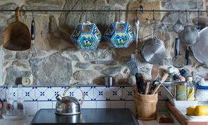 7 λόγοι για να κρεμάσεις τα τηγάνια και τις κατσαρόλες σου σε βέργες.