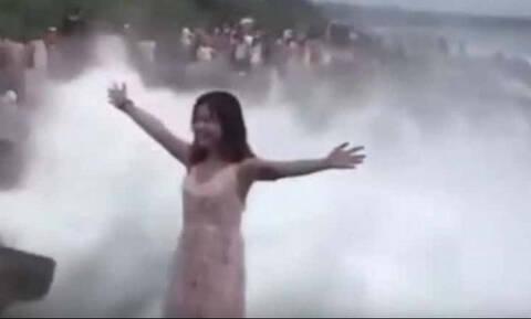 Στήθηκε για selfie και την «κατάπιε» η θάλασσα (video)