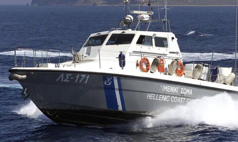 Θρίλερ στην περιοχή Ζέα: Άνδρας έπεσε στα βράχια στην Ακτή Θεμιστοκλέους