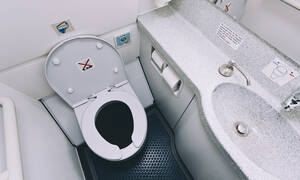 Σάλος με το βίντεο ιερόδουλης που γλείφει καπάκι τουαλέτας (video)