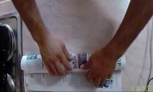 Τυλίγει ένα ψάρι σε εφημερίδα και το βάζει στο φούρνο! Δείτε γιατί θα το κάνετε κι εσείς... (vid)