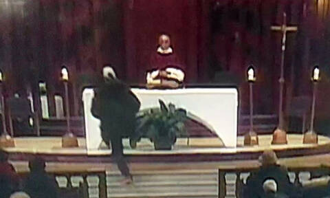 Τρόμος στον Καναδά: Μαχαίρωσαν παπά κατά τη διάρκεια της Λειτουργίας (ΠΡΟΣΟΧΗ! ΣΚΛΗΡΟ ΒΙΝΤΕΟ)
