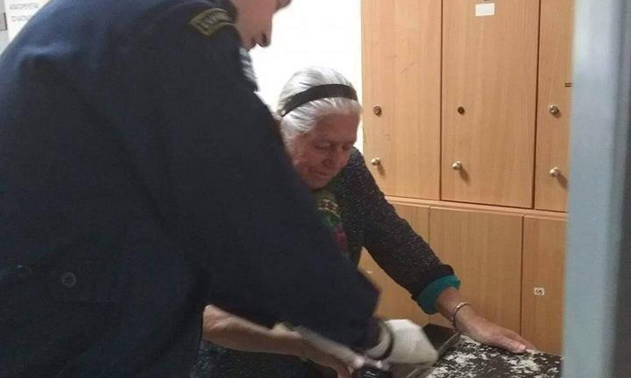 Εξοργιστικό βίντεο: Δείτε πώς φέρονταν οι αστυνομικοί στην 90χρονη με τις παντόφλες