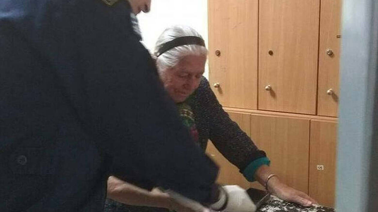 «Δεν θα ξαναβγώ να πουλήσω παντοφλάκια»: Συγκλονίζει η 90χρονη μετά τη σύλληψή της