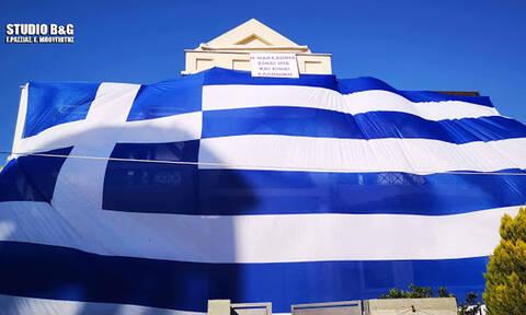 Κάτοικος στην Αργολίδα μετέτρεψε το σπίτι του σε ελληνική σημαία (pics)