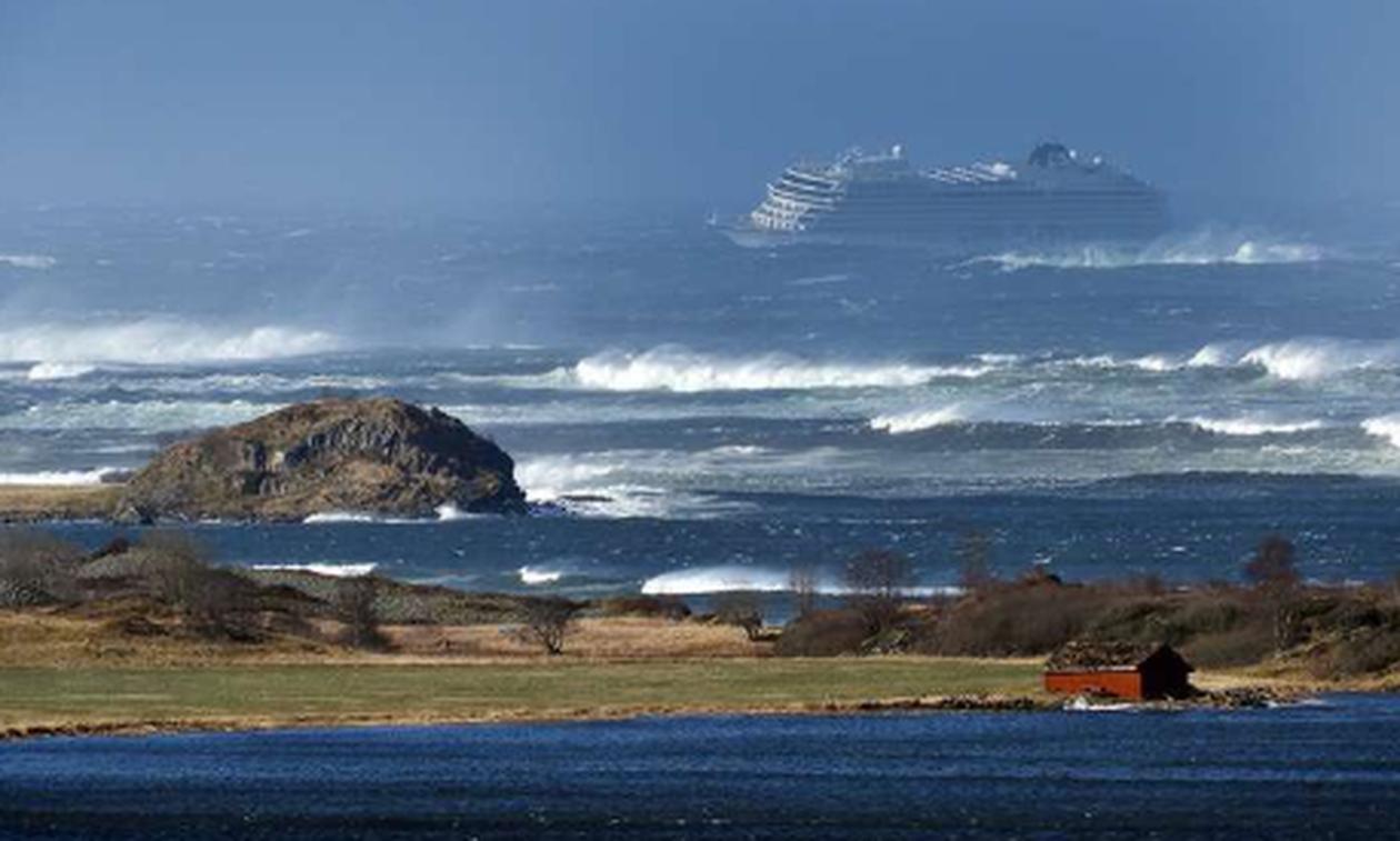 Θρίλερ στη θάλασσα: Εκκενώνουν με ελικόπτερα ακυβέρνητο κρουαζιερόπλοιο με 1.300 επιβάτες (pics+vid)