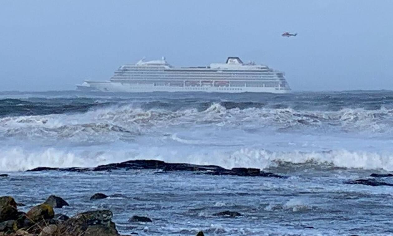 Θρίλερ με την εκκένωση του κρουαζιερόπλοιου: Τα γιγαντιαία κύματα απειλούν διασώστες και επιβάτες