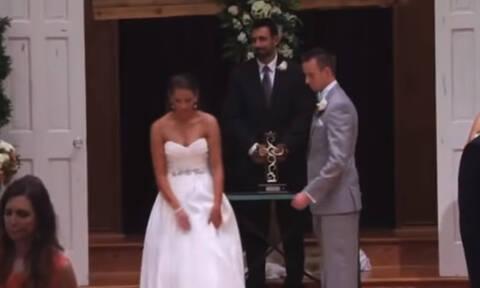 Η νύφη «άφησε» τον γαμπρό! Τώρα δείτε τα χέρια της! (pics+vid)