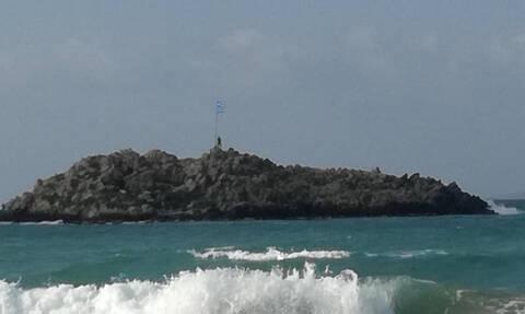 Κρήτη: Κολύμπησε μέχρι το νησάκι για να αλλάξει την ελληνική σημαία