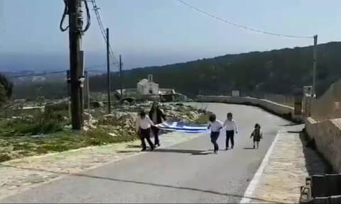 25η Μαρτίου: Συγκίνηση στη Γαύδο - Τρεις μαθητές έκαναν παρέλαση κρατώντας τη σημαία (vid)