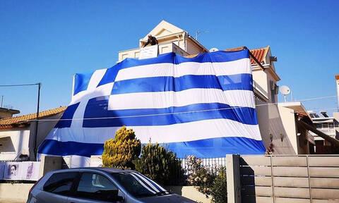 25η Μαρτίου: Κάλυψε το σπίτι του με μια τεράστια σημαία 140 τ.μ. (pics)