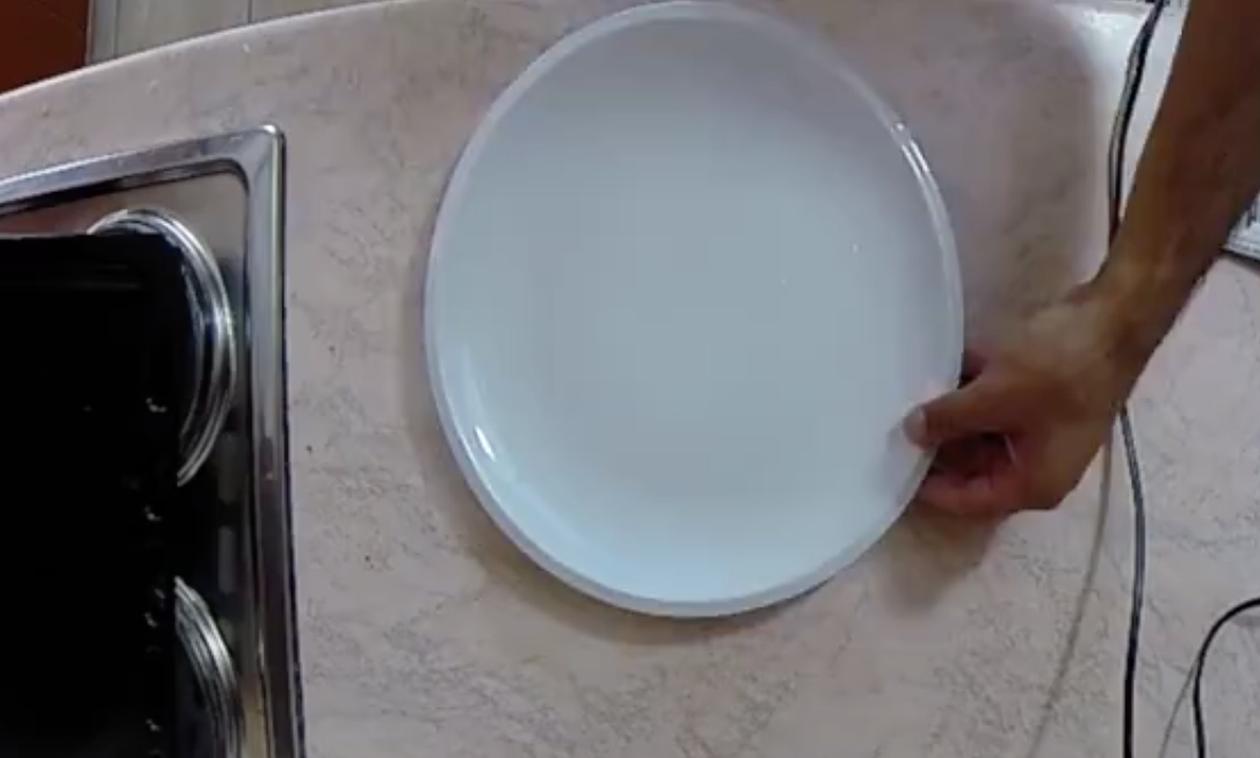 Τυλίγει ένα ψάρι με εφημερίδα - Μόλις δείτε τη συνέχεια θα το κάνετε και εσείς! (video)
